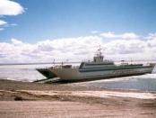 Balsa que cruza el estrecho de Magallanes