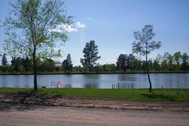 Lago y parque del Club Alianza