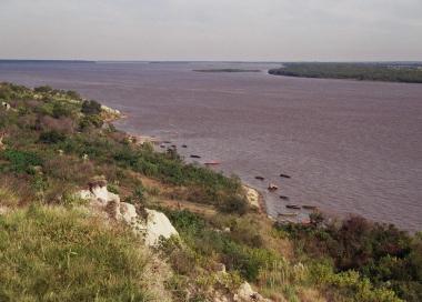 Ribera del río Paraná desde un mirador de Diamante